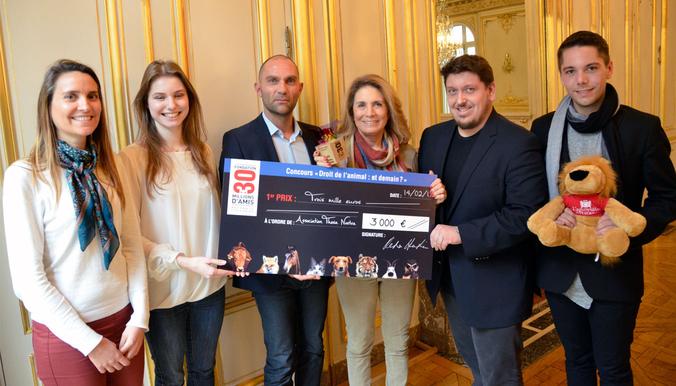 Les gagnants de l'association Thesa Nostra entourés de Reha Hutin, présidente de la Fondation 30 Millions d'Amis et de Jean-François Legueulle, délégué général de la Fondation. © DR
